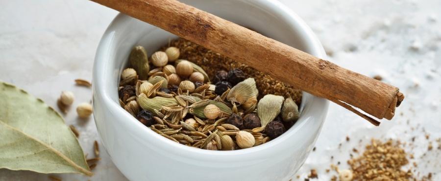 Zubereitung von Garam Masala - Preparing Garam Masala